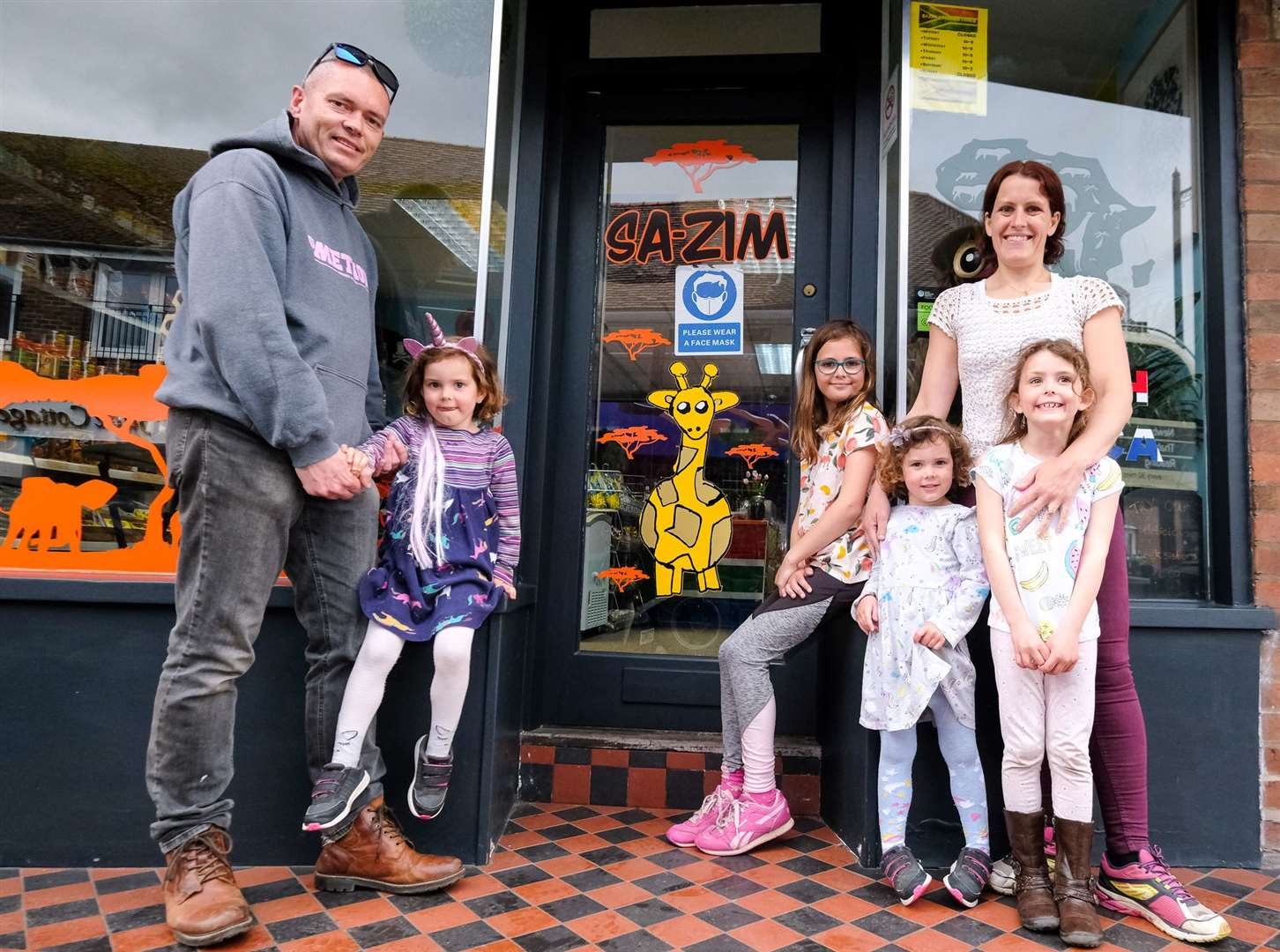 New owners of the SA-ZIM shop in Thatcham High Street ..Paul, Willow age 4, Lyla age 10, Scarlett age 4, Cassie age 6 and Vicky Rock .Ref: 19-1221C.Picture by Phil Cannings.. (47077703)