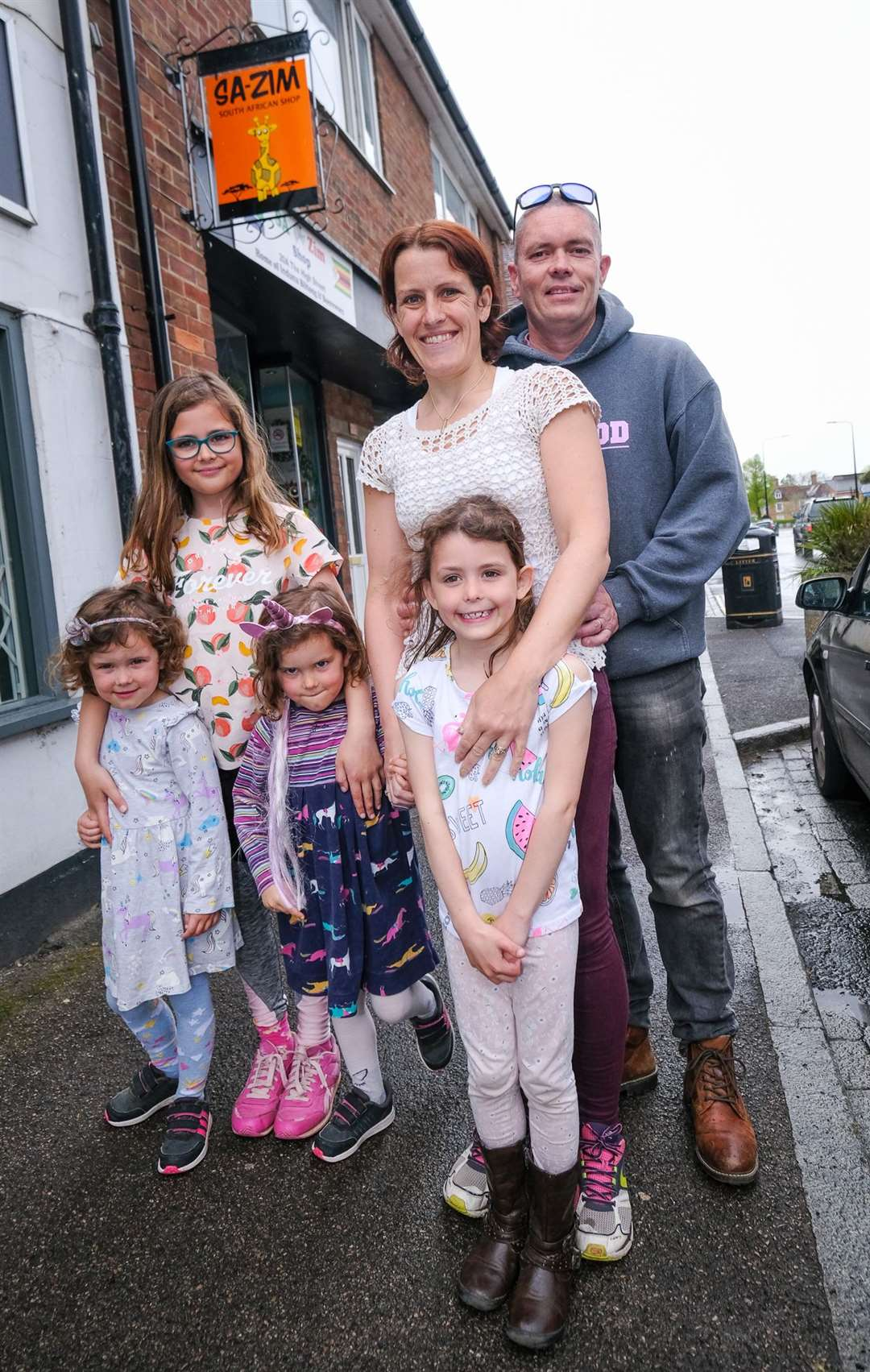 New owners of the SA-ZIM shop in Thatcham High Street ..Willow age 4, Lyla age 10, Scarlett age 4 Cassie age 6 Vicky and Paul Rock .Ref: 19-1221B.Picture by Phil Cannings.. (47077702)