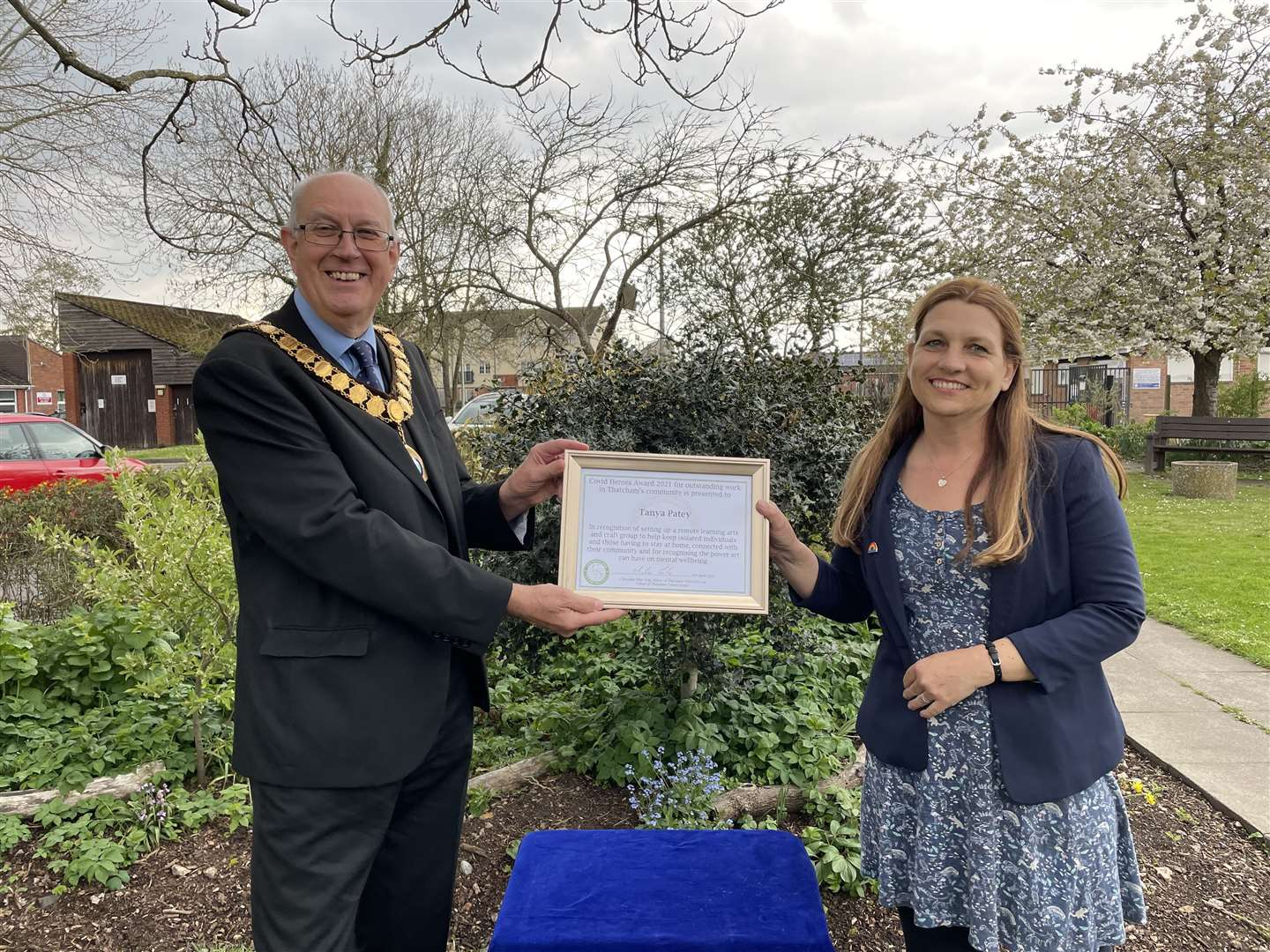 Tanya Patey receives her Covid Hero Award from Thatcham mayor Mike Cole (46839023)